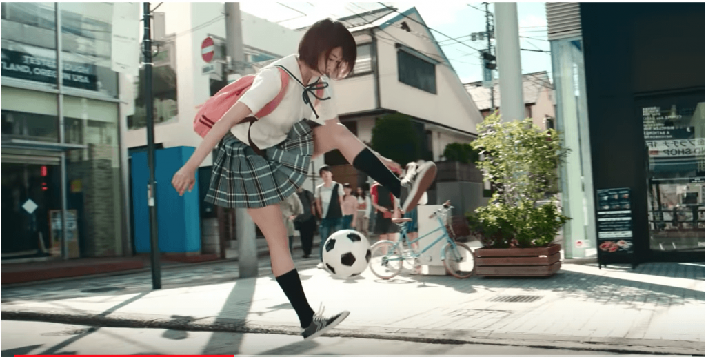 キャプテン翼ゲームのたたかえドリームcmでスゴ技サッカーする美女は誰?